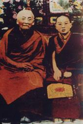 พระปันเชน ลามะองค์ที่ 10 และพระอาจารย์ดูกอร์ รินโปเช (ซ้าย)
